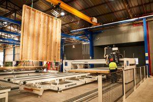 Trabajo en fábrica de la madera en Tecno Fast